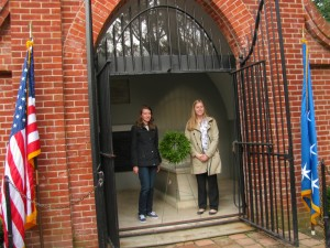 Kim Curtis and Katie Lebert, Washington Papers communications assistant, place a wreath at George and Martha Washington's tomb at Mount Vernon in November 2015.